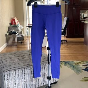 Beyond Yoga blue leggings with snap accents